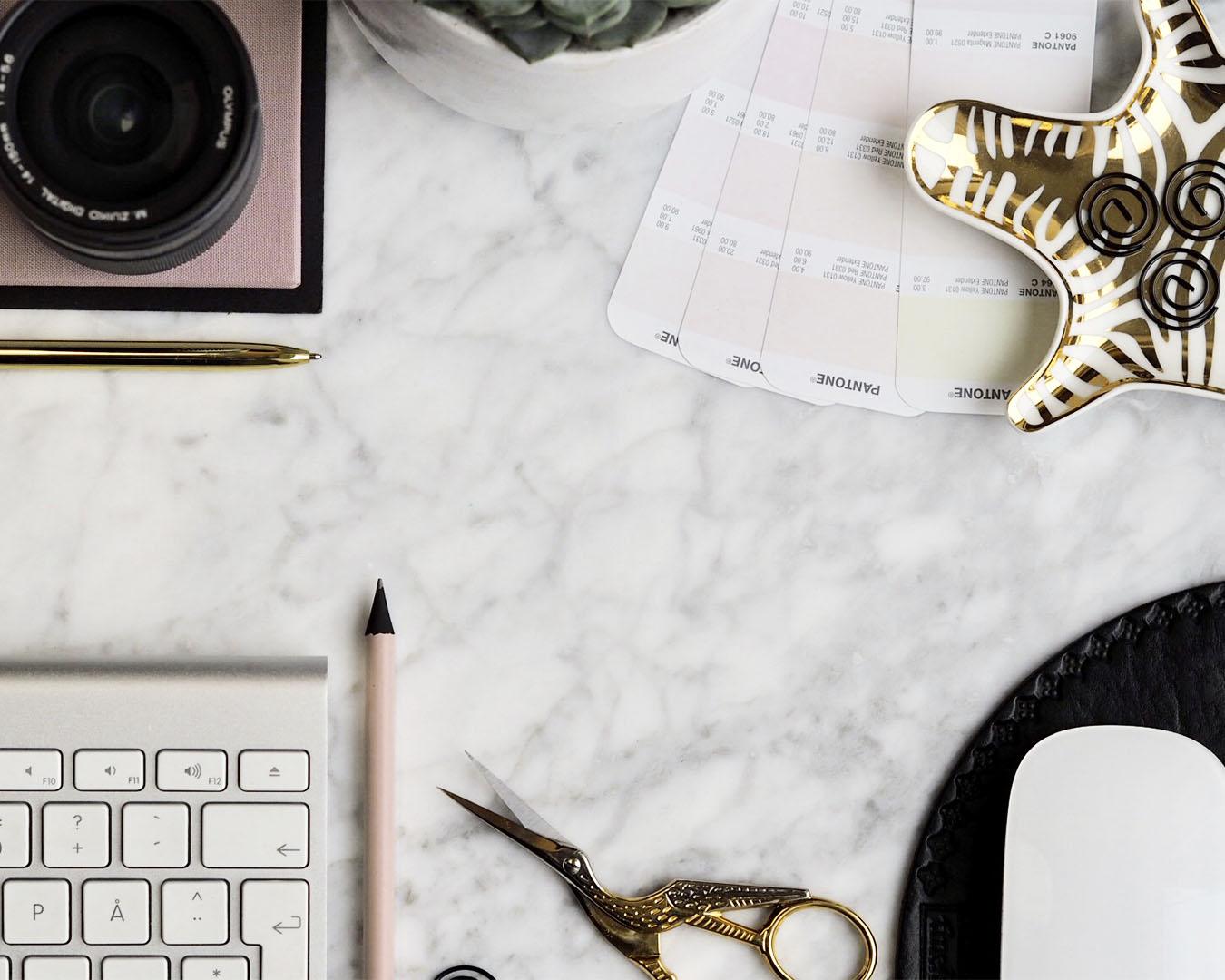 Markedsansvarlig AS - kontorrekvisita på hvit marmor